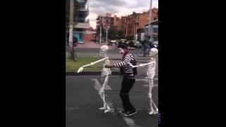 getlinkyoutube.com-Esqueletos que bailan pidiendo en un semaforo