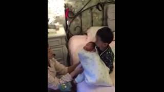 getlinkyoutube.com-Lucu !!! Anak banting adiknya yang masih bayi ..