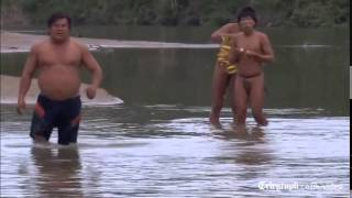getlinkyoutube.com-Amazon rainforest tribe makes contact with outside world
