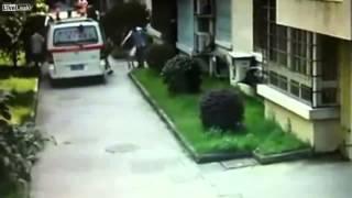 【衝撃映像十分ご注意】子供が救急車に轢かれた瞬間=中国