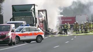 Video A9 in Bayern  Reisebus brennt nach Unfall komplett aus