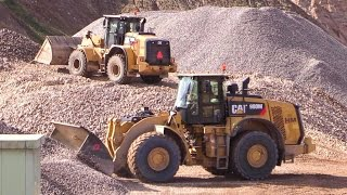 getlinkyoutube.com-Cat 950K Wheelloader Working On A Wash Plant