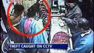 getlinkyoutube.com-Woman thieves caught on CCTV  കള്ളികള്