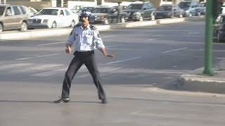 getlinkyoutube.com-شرطي مرور أردني VS شرطي مرور مكسيكي
