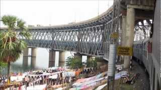 getlinkyoutube.com-Crossing the Gigantic Godavari River at Rajahmundry: Howrah Trichy Superfast with Itarsi WAM4