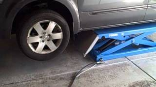 getlinkyoutube.com-Atlas Kwik Bay Midrise scissors lift, minivan test