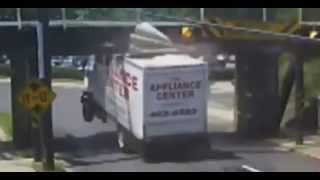 getlinkyoutube.com-Un pont qui détruit les camions   Videos