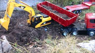 getlinkyoutube.com-RC Truck and Excavator - CAT 320 loading Scania R with topsoil