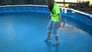 - السقوط في حوض سباحة متجمد