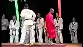 getlinkyoutube.com-Shaolin Monk vs Taekwondo Master (HQ)
