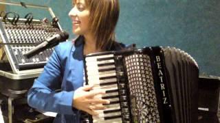 getlinkyoutube.com-beatriz y su acordeon