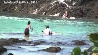 getlinkyoutube.com-Tourists washed off rocks by big wave