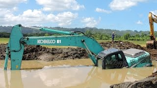 getlinkyoutube.com-Excavator Stuck In Mud Kobelco SK200 Heavy Recovery Extended