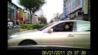 メガネ君がドヤ顔でレクサスを運転して窓を開けて睨むも、キモすぎてワロタwww(ドライブレコーダーによるクラッシュ撮影)