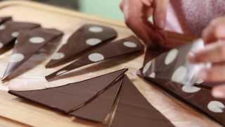 getlinkyoutube.com-Triángulos de chocolate. Para decorar una torta fácil y rápido.