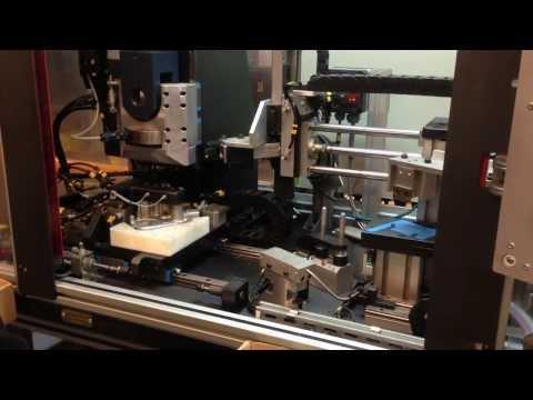 Máquina de inserción y montaje de cartón con control de roscas