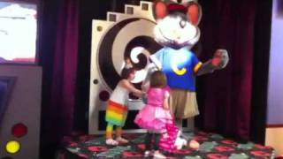getlinkyoutube.com-Chuck E. Cheese robot hits Ella
