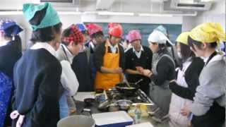getlinkyoutube.com-Japanese High School Cooking Class!!