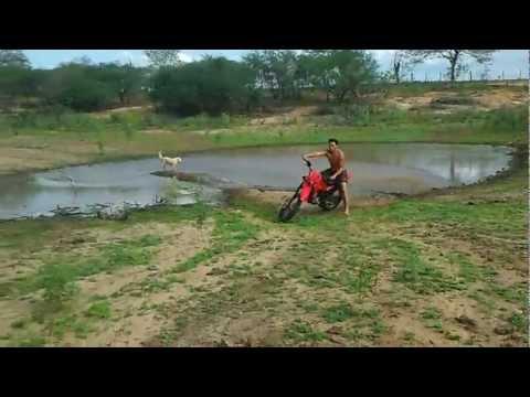 Aprenda como andar na lama e depois levar uma queda de moto
