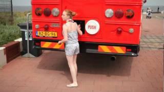 getlinkyoutube.com-Jarige Coca-Cola bedankt Nederland met speciale traktaties