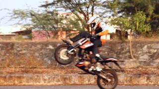 getlinkyoutube.com-KTM Duke 200 Stunt Video of THROTTLERZ 2013