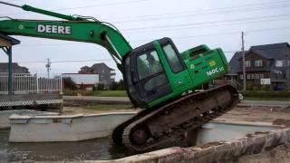 getlinkyoutube.com-Excavator in pool