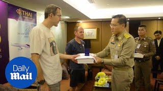 British-cave-rescue-heroes-arrive-in-Bangkok-to-applause-Daily-Mail width=