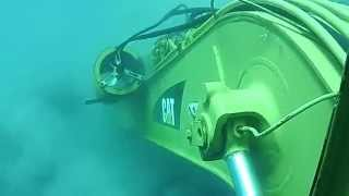 getlinkyoutube.com-Escavadeira Hidráulica CAT submarino embaixo do MAR parte 1