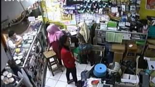 getlinkyoutube.com-[Video] WANTED: Pencuri Handphone tertangkap Kamera CCTV! Mohon info kl ada yg kenal