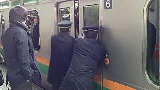 getlinkyoutube.com-【痛勤電車】ドアが開かなくなるほどの混雑@赤羽駅 Rush hour Train. Japan,Tokyo