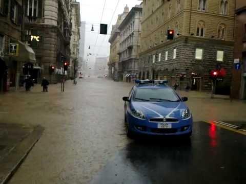 Alluvione Genova 4 novembre 2011 - Scene di caos in Via XX settembre