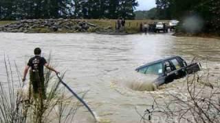 getlinkyoutube.com-Toyota Hilux Lost in the Waimakariri River (DVSGTT)