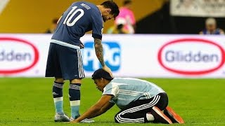 getlinkyoutube.com-Lionel Messi ● 10 Respect Moments with Pitch Invaders   HD