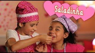 getlinkyoutube.com-Receita de salada fofa com Bianca Paiva e Isabelle Cristina ❤ Mundo da Menina