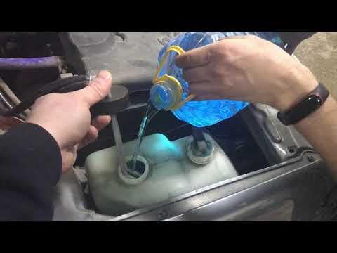 Расположение у Mercedes-Benz М бачка омывателя стекол