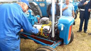 getlinkyoutube.com-v8 fordson dexta up close