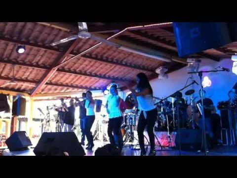 Talento de TV con bailarinas en Don Comalón