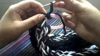 getlinkyoutube.com-Bufanda 4 tiras // tejida con los dedos