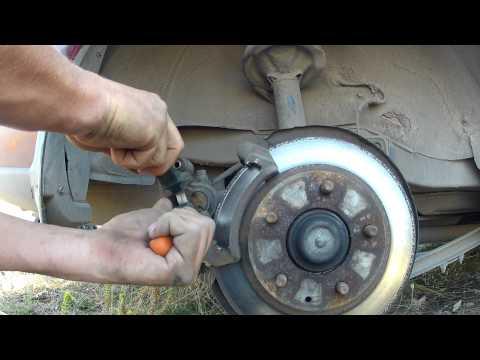 Как заменить заднии тормозные колодки MAZDA 626 GF 97-03 гв/How to replace the rear brake pads