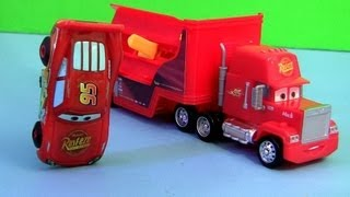 getlinkyoutube.com-Cars 2 Stunt Racers Mack Truck Hauler with Lightning McQueen Transforming Transporter Disney Pixar