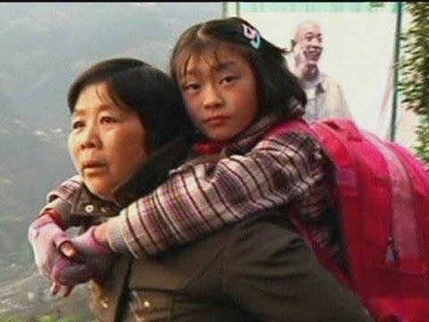 جده تحمل حفيدتها يوميا الي المدرسة