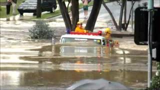 洪水の中を走る消防車がほぼ水中www