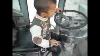 getlinkyoutube.com-کار کردن پسر بچه 6 ساله افغاني با لودر