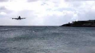 セント・マーチン島の飛行機の着陸シーン。フェンスぎりぎりですごい