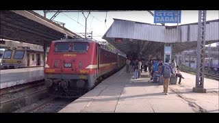 getlinkyoutube.com-Deccan Queen & Howrah Duronto Express Furiously Skipping Dadar Station, Mumbai (Post AC Conversion)