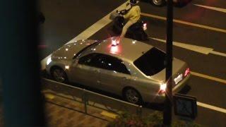 getlinkyoutube.com-覆面パトカーの屋根からパトライトが飛び出し緊急走行で違反車を捕まえる瞬間!交通機動隊による取り締まりの瞬間!Japanese unmarked patrol car