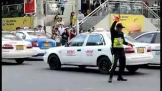 Policjant tańczy w sklepie