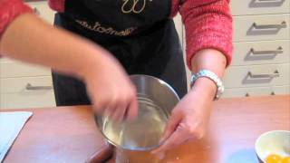 getlinkyoutube.com-Come si fa la Glassa reale - Corsi in cucina
