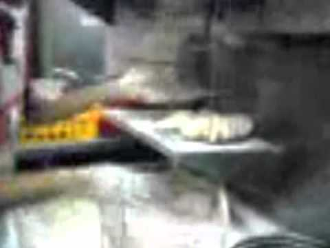 Staff KFC sapu ayam di kaki sebelum dimasak
