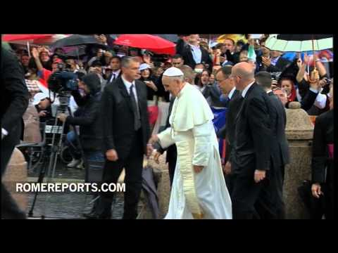Pope ignores Rome's rain  greets crowds in open popemobile